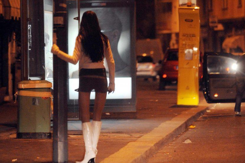 prostituta aspetta in strada