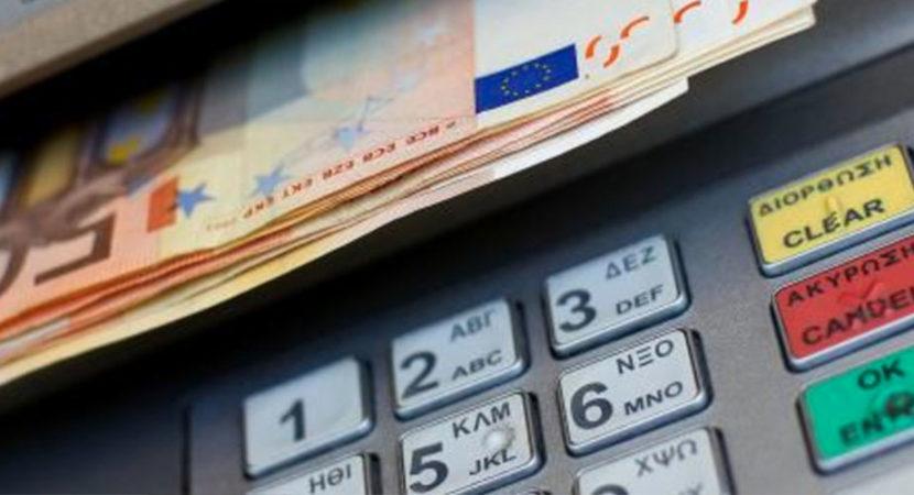 prelievo di soldi all'atm bancomat